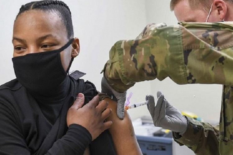 Army Spc. William Hunter, right, administers the COVID-19 vaccine to Navy Chief Damage Controlman Solita Livingston at Navy Branch Health Clinic Chinhae, Republic of Korea, Jan. 8. Soldiers assigned to the 549th Medical Hospital Center, 65th Medical Brigade volunteered to administer the COVID-19 vaccine to sailors who were identified as frontline personnel by their commands (Photo by: Navy Mass Communications Specialist 2nd Class Michael Chen).