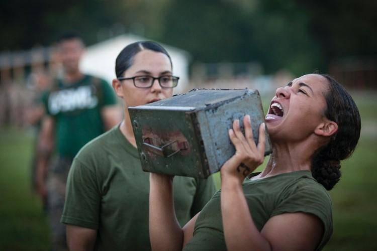 An officer candidate lifts an ammo can during a combat fitness test at Marine Corps Base Quantico, Va., July 16, 2019. (PHUCHUNG NGUYEN/ U.S. MARINE CORPS)